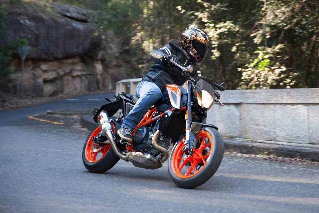 2016 KTM 690 Duke R review - www bikesales com au