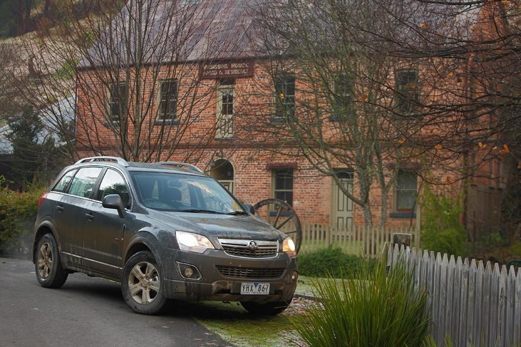 Holden Captiva 5: Mid-sized SUV Test - www carsales com au