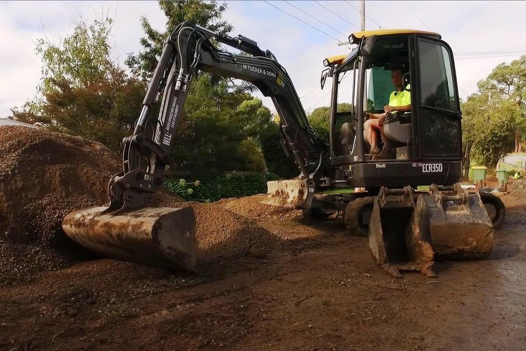 Video Plumbing Contractor Digs New Volvo Ecr35d Excavator