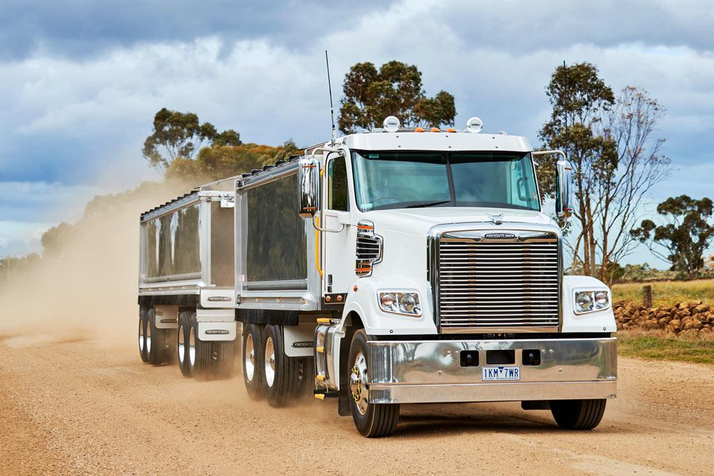 Freightliner 114 Coronado truck and dog: Review - www
